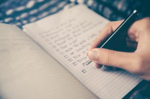 A checklist to write down the goods, which is one of the smart packing tips for moving long distance.